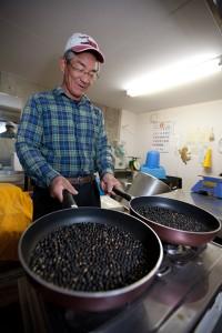 「豆を丸ごと食べる一番簡単な方法は、これなんだよね。」フライパンの2丁流が板についている。