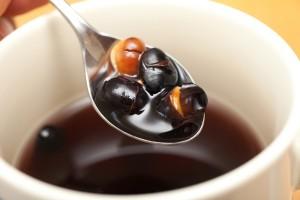 カップに直接入れるから、うまみがそのままお茶に出る。お米といっしょに炊くと、甘くて香ばしい豆ご飯にもなる。