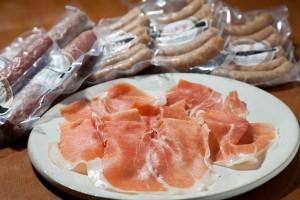 スライスしたばかりの生ハムは、ふんわりと舌になめらか。「加工品は原料の新鮮さが第一。豚屋が加工をするから間違いありません」。